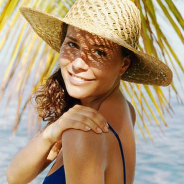 Protéger ses yeux du soleil avec un chapeau