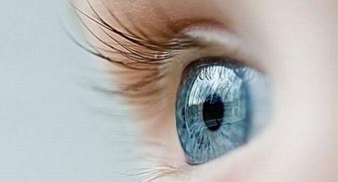 Oeil bleu d'un enfant