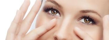 Femme massage yeux