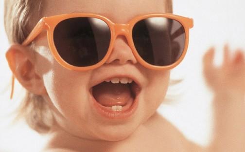 Enfant avec des lunettes de soleil